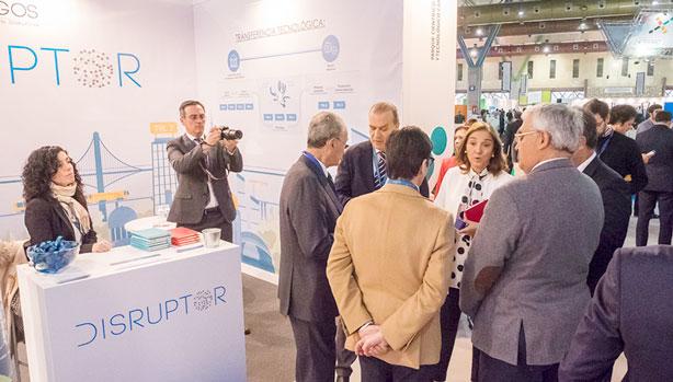 La Secretaria de Estado de Investigación, Desarrollo e Innovación, Carmen Vela, vista el stand de Disruptor durante el Foro